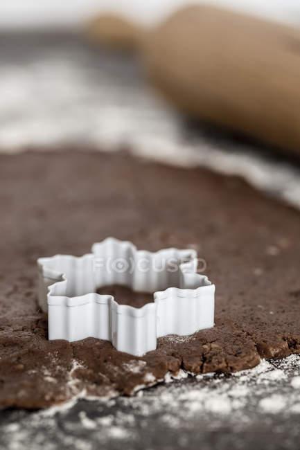 Формі зірки cookie різак на розгорнута cookie тісто — стокове фото