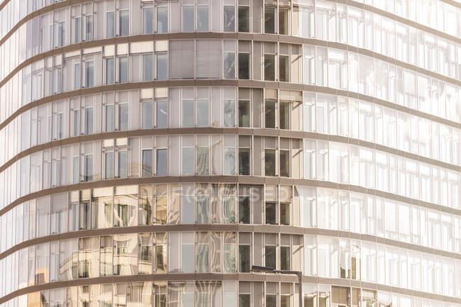 Німеччина, Берлін, скляний фасад парку Kolonnaden в Потсдамської площі — стокове фото