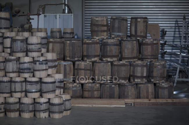 Close-up de barris de vinho em pilha em cooperação — Fotografia de Stock