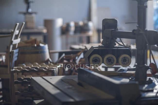 Закри бондарних машини в заводу на розмитість фону — стокове фото