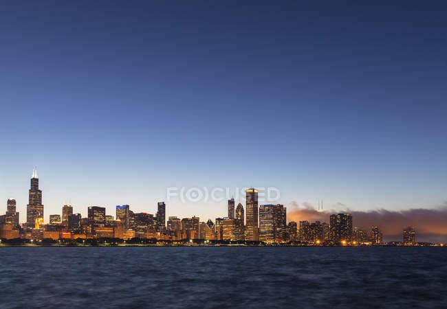 EUA, Illinois, Chicago skyline e Lake Michigan à noite — Fotografia de Stock