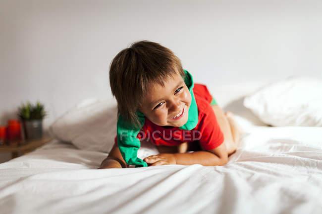 Ein lachender kleiner Junge, der auf Bes spielt — Stockfoto