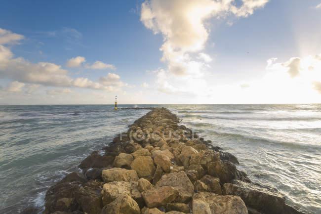 Испания, Озил, волны, достигающие волноломов у моря — стоковое фото