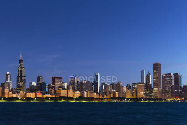 USA, illinois, Chicago Skyline und Michigansee zur blauen Stunde — Stockfoto
