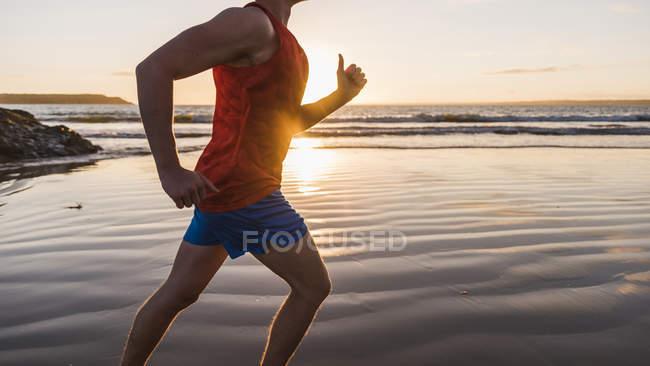 Франція, Crozon півострова, бігун на пляжі на заході сонця — стокове фото