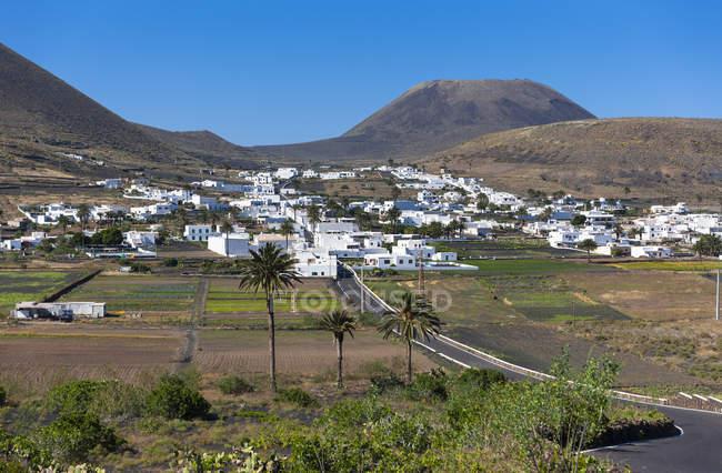 España, Islas Canarias, Lanzarote, Pueblo Maguez y Volcán Monte Corona - foto de stock