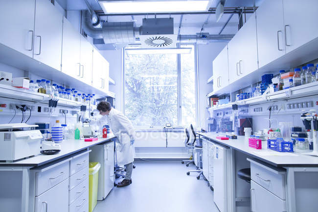 Bióloga que trabaja en un laboratorio - foto de stock
