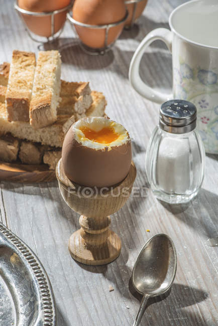 Gekochte Eier, Toast, Salz und Löffel auf der Tischoberfläche — Stockfoto