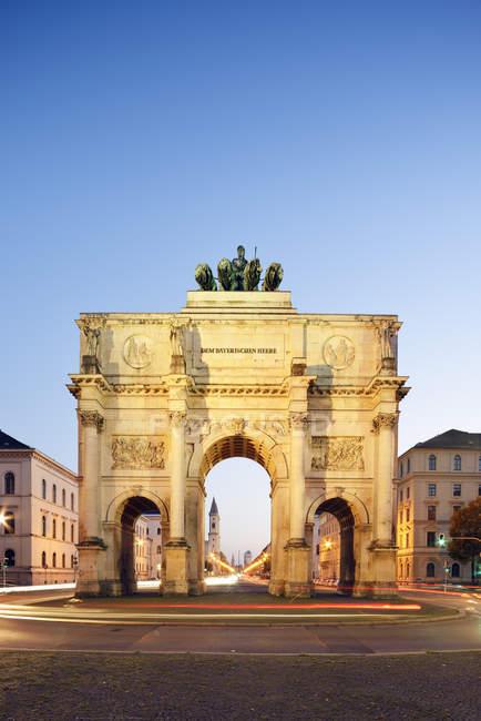 Deutschland, Bayern, München, siegestor zur blauen Stunde — Stockfoto