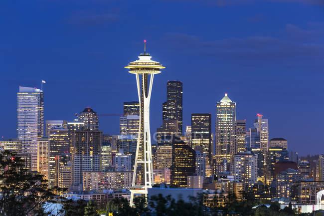 Horizonte de Estados Unidos, estado de Washington, de Seattle aguja del espacio en la hora azul - foto de stock