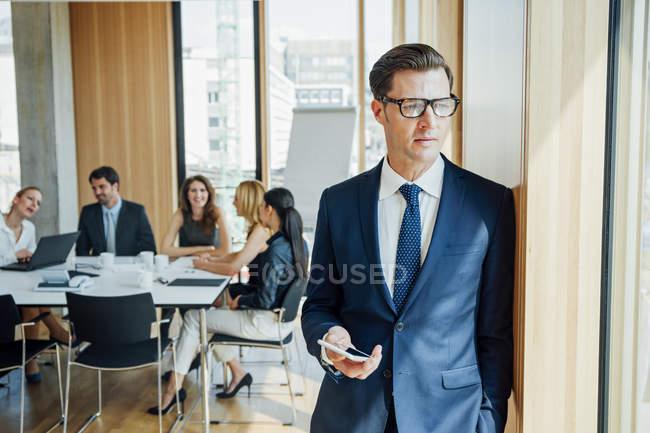 Продуманий бізнесмен з зустріч у фоновому режимі — стокове фото