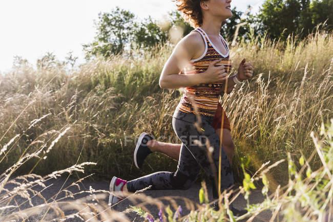 Молодая пара бежит по полевой дорожке — стоковое фото