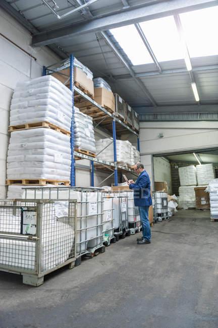 Менеджер зі пластмаси заводу перевірка продукти зберігання — стокове фото