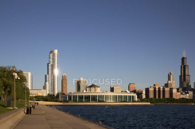 USA, illinois, Chicago, Skyline mit verfallenem Aquarium und Michigansee — Stockfoto