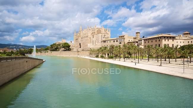 Spagna, Isole Baleari, Maiorca, Palma, Veduta della Cattedrale di La Seu lungo il fiume alla luce del sole — Foto stock
