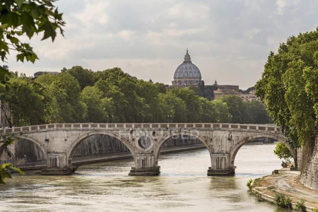 Italie, Latium, Rome, Ponte Sisto sur le Tibre avec coupole de la Basilique Saint-Pierre vue — Photo de stock