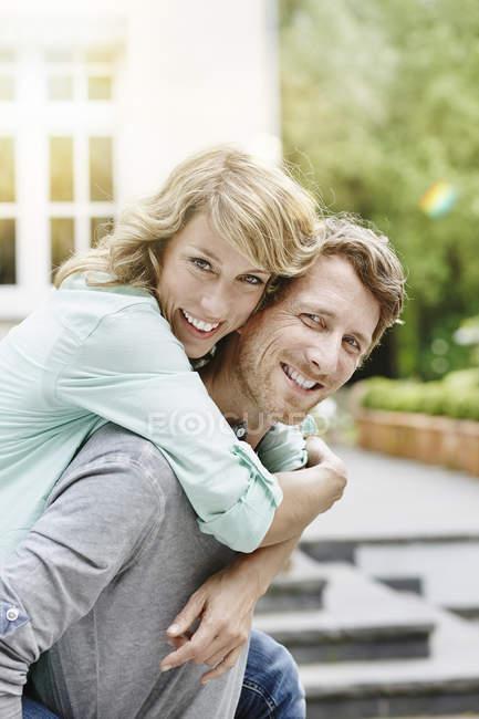 Счастливая кавказская пара обнимается в саду — стоковое фото