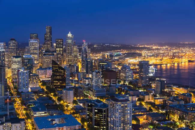 États-Unis, État de Washington, Seattle paysage urbain à l'heure bleue — Photo de stock