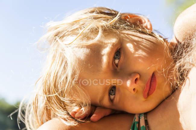 Ritratto di bambino con la testa sulla spalla della madre — Foto stock