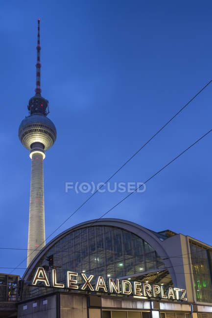 Allemagne, Berlin, vue sur la tour de télévision et la gare d'Alexanderplatz au crépuscule — Photo de stock