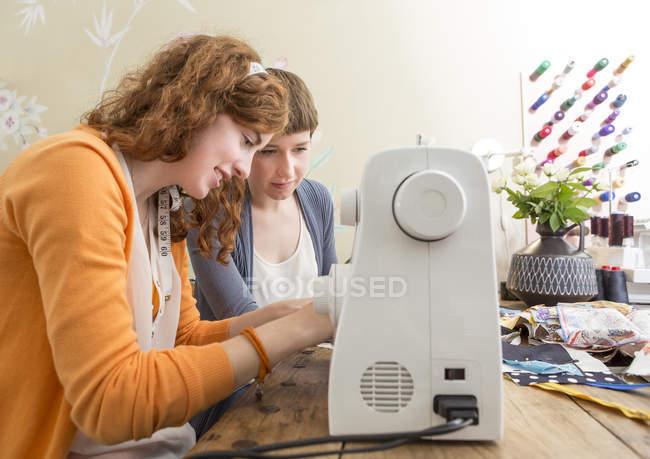 Zwei Modedesignerinnen arbeiten in ihrem Atelier zusammen — Stockfoto