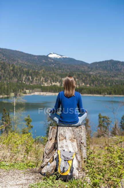 Germania, Baviera, donna rilassante sul lago di Barmsee — Foto stock