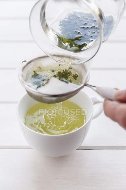 Кадроване зображення підготовці зеленого чаю, крок за кроком концепції — стокове фото