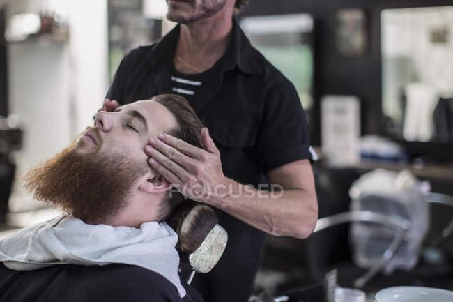 Парикмахерская меры на голову клиентов перед стрижка в парикмахерской — стоковое фото