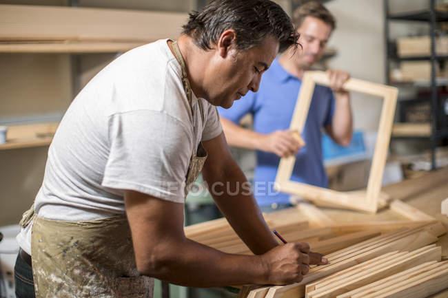 Два чоловіки, які працюють в полотні майстерні — стокове фото