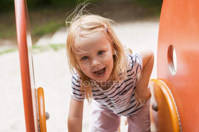 Retrato de niña rubia en el patio de recreo - foto de stock