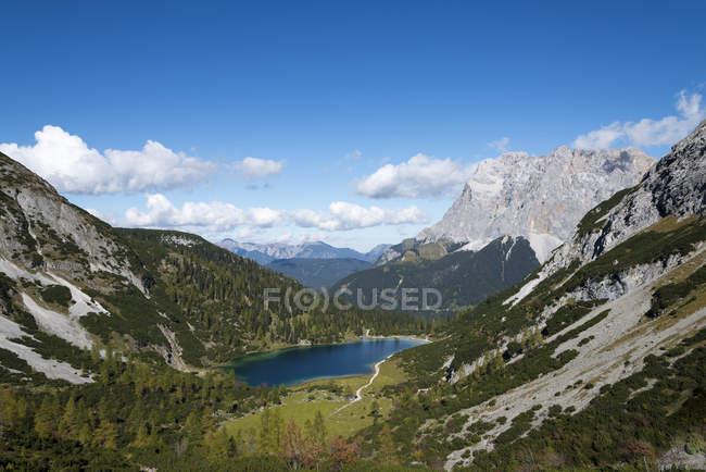 Austria, Tirol, Ehrwald, Seebensee lago en las montañas - foto de stock