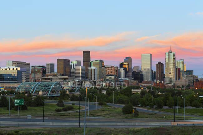 США, штат Колорадо, Денвер міський пейзаж з міждержавного шосе в sunet — стокове фото