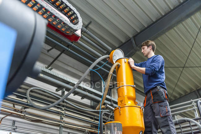 Працівник фасувальний виробництво пластмас заводі — стокове фото