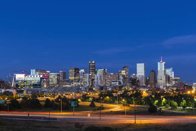 США, штат Колорадо, Денвер міський пейзаж та Міждержавний шосе у вечірній час — стокове фото