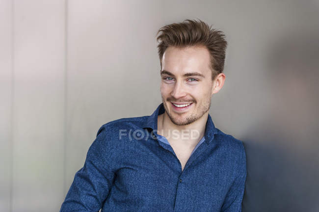 Portrait of smiling young businessman with stubble — Stock Photo