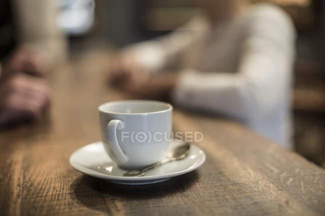 Кавові чашки на позабіржовому — стокове фото