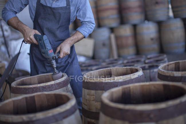 Mãos de Cooper moagem barris de vinho com moedor — Fotografia de Stock