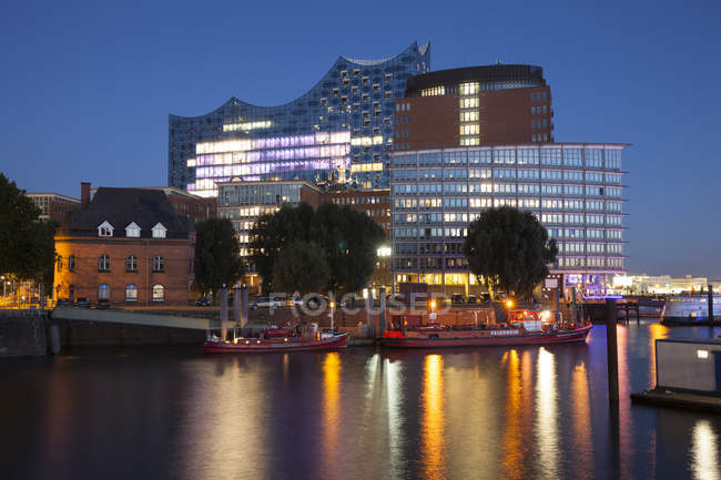 Germany, Hamburg, view to Elbphilharmonie and Kehrwiederspitze at Hafencity against water — Stock Photo