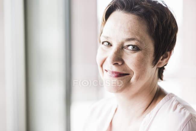 Портрет зрелой улыбчивой деловой женщины — стоковое фото