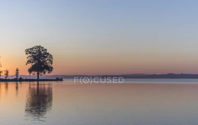 Германия, Мекленбург-Передняя Померания, Шверин, восход на озере Шверин — стоковое фото