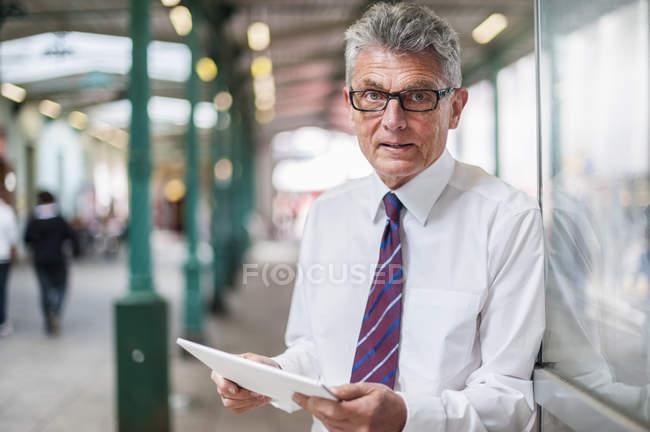 Empresário sênior com tablet digital — Fotografia de Stock