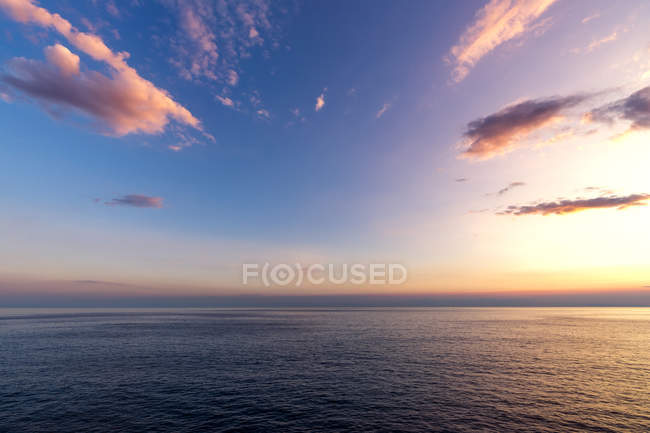 Italie, Ligurie, Cinque Terre, Mer Ligure au coucher du soleil — Photo de stock
