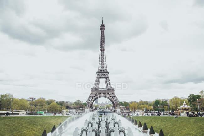 Франції, Париж, вид на Ейфелеву вежу в похмуру погоду — стокове фото