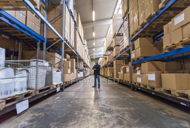 Диспетчер перевірки товарів у залі зберігання заводу — стокове фото