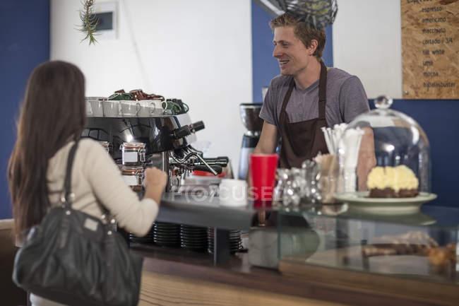 Cliente tomar una orden en la cafetería - foto de stock