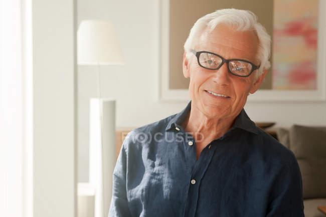 Retrato de hombre senior sonriente con gafas - foto de stock