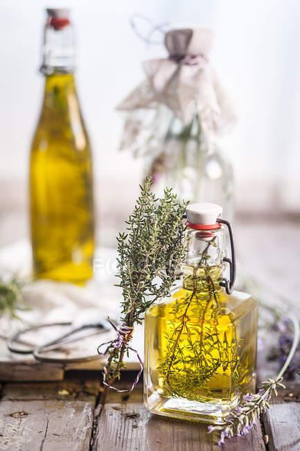 Vinagre de lavanda, óleo de alecrim e óleo de tomilho — Fotografia de Stock