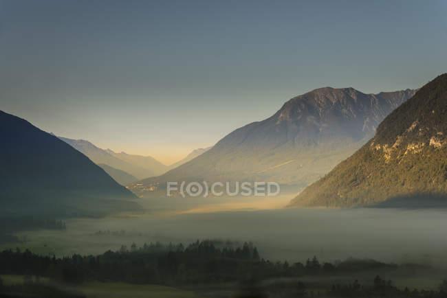 Autriche, Tyrol, Tarrenz, brouillard matinal dans la vallée — Photo de stock