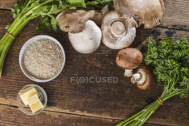 Kochen Zutaten, Reis, Pilze, Sellerie, Petersilie und butter — Stockfoto