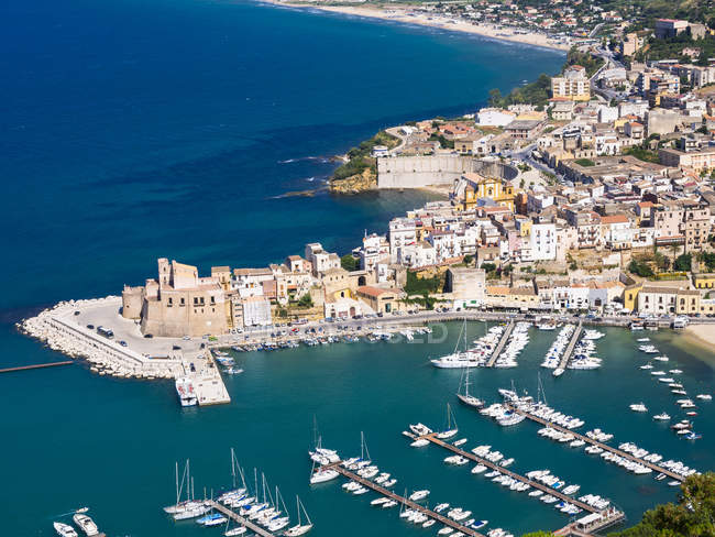 View of townscape of Castellammare del Golfo with fort and harbor at Sicily, Italy — Stock Photo